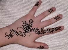 34 Henna Simple Tangan Paling Keren