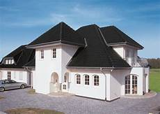 gro 223 e wei 223 e villa mit neuem schwarzen dach dacharbeiten