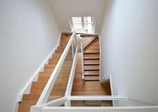 treppe ins dachgeschoss holzwangentreppe mit glasgel 228 nder treppenbau diehl in