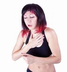 schmerzen in der brust frau frau die schmerz in der brust hat stockbild bild