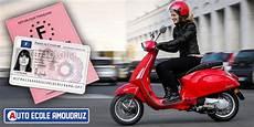 Conduire Un Scooter Moto Plein Phare