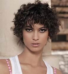 coupe courte cheveux frisés visage rond coupe courte cheveux frises