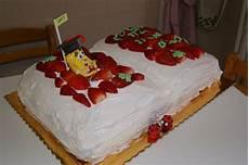 decorazioni con panna montata pan di spagna farcito con crema pasticcera e panna montata ricoperto con panna montata e