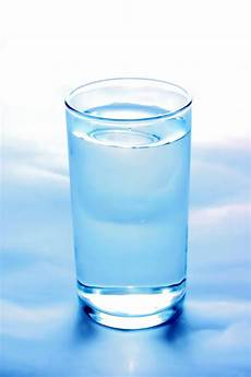 bicchieri on line up of glass of water photo free