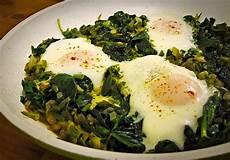 rezept frischer spinat t 252 rkische eierpfanne mit frischem spinat eszet chefkoch