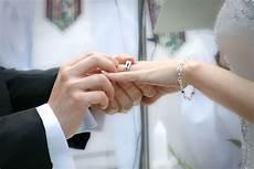 d 211 nde se coloca el anillo de boda o compromiso 2018