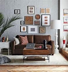 wohnzimmer braunes sofa decorating around a leather sofa bilderwand
