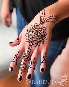 Gambar Mungkin Berisi Satu Orang Atau Lebih Dan Dekat Henna