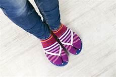 chaussette pour tong femelle de pieds en chaussettes avec des tongs roses