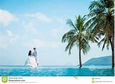 swimmingpool luxus im eigenen eben verheiratetes paar nach der heirat im luxus resort