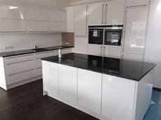 küchen weiß hochglanz wei 223 e hochglanz k 252 che lack hochgl 228 nzende k 252 chen fronten