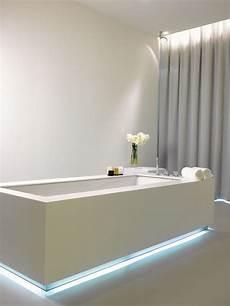 Led Streifen An Der Badewanne Mit Blauem Licht Bad