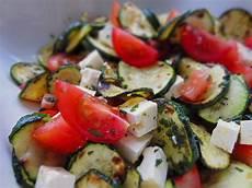 zucchini tomaten salat rezept lauwarmer zucchini paradeiser salat bioigel