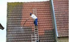 comment demousser une toiture les travaux de peinture de toiture