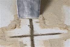 schritt fuer schritt so werden risse im estrich anleitung risse im estrich und in betonb 246 den sanieren