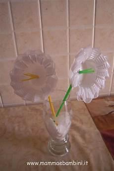 fiori con i bicchieri di plastica lavoretti con bicchieri di plastica mamma e bambini
