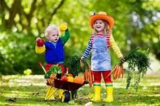 Spiele Mit Wasser Im Garten - ni 241 os recogiendo vegetales en granja org 225 nica foto de