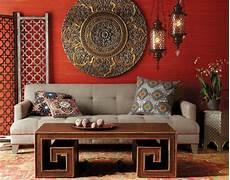 klassische wanddeko polstersofa mit holztisch morrocan interior design marokkanische