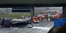 Ein Toter Und Mehrere Verletzte Schwerer Unfall Mit
