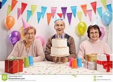 Senioren Die Einen Geburtstag Feiern Stockfoto Bild