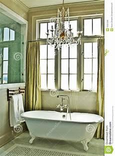 la vasca da bagno stanza da bagno elegante con la vasca fotografia stock