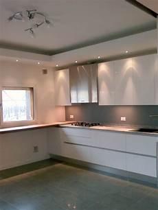abbassamento di soffitto cartongesso abbassamento in cartongesso con faretti soffitti cucina