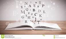 libro lettere d livre ouvert avec des lettres de vol photo stock image