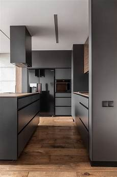 kuche schwarz a masculine apartment enriched with personal collections