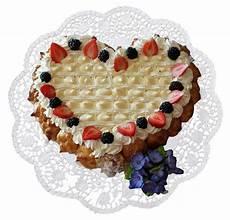 torta con crema pasticcera e panna montata cuore di pan di spagna con panna montata crema pasticcera fragole mirtilli e bign 232 puffs