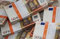Cannes Il Trouve 10 000 Euros Et Les Remet 224 La