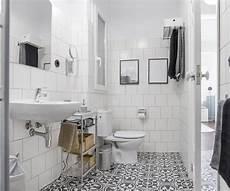 decorazioni per piastrelle bagno foto bagno con piastrelle bianche e pavimento decorato di