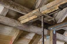 tragender balken im dachstuhl alter balken wieder stark bauhandwerk