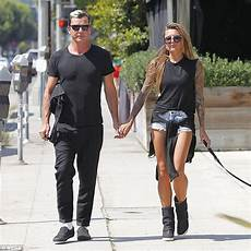 gavin rossdale holds with thomalla