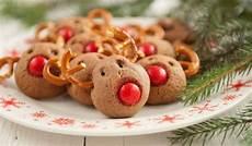 backen mit kindern einfache rezepte weihnachtspl 228 tzchen mit kindern backen und verzieren