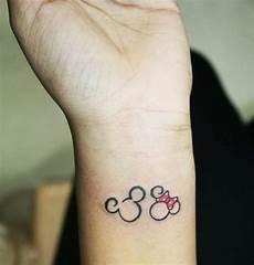 Kleine Tattoos Mickey Maus Minnie Schleife Rot Arm