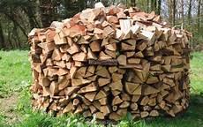 holz stapeln brennholz richtig stapeln so sorgen sie f 252 r eine