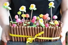 idee deco bonbon pour anniversaire mon g 226 teau de p 226 ques jardini 232 re au chocolat et bonbons
