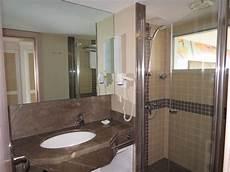 Fenster Im Duschbereich - bad mit dusche und fenster ins zimmer bild robinson