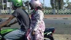 12 Foto Gaya Orang Indonesia Menggunakan Helm Ini Uniknya