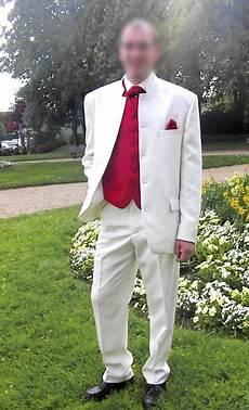 costume complet blanc avec gilet et cravatte