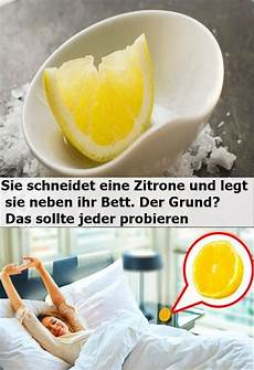 Sie Schneidet Eine Zitrone Und Legt Sie Neben Ihr Bett