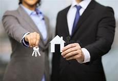 casa e affari uomo d affari e donna di affari stringono le