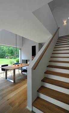treppenaufgang wand gestalten holztreppe moderne esszimmer grimm architekten bda