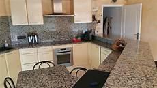 plan de travail en granit pour cuisine couleur meuble cuisine avec plan travail granit mouchete