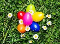 Bunte Ostereier Im Gras Stockfoto Colourbox