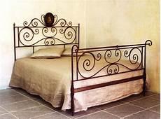 letti in ferro battuto antichi letto matrimoniale in ferro rosso sfumato antico letti