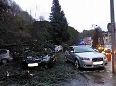 voiture abimée sur parking un arbre 233 crase des voitures sur un parking epinal infos
