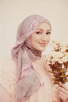 Gaya Jilbab Wisuda Simple Voal Motif