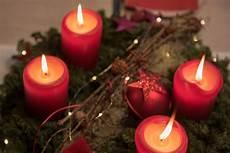 Adventskranz Bedeutung 4 Kerzen - adventskranz am 4 advent mit angez 252 ndeten kerzen foto 11984