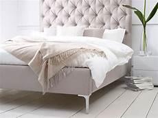 Kopfteil Bett Gepolstert - elise buttoned headboard upholstered bed living it up